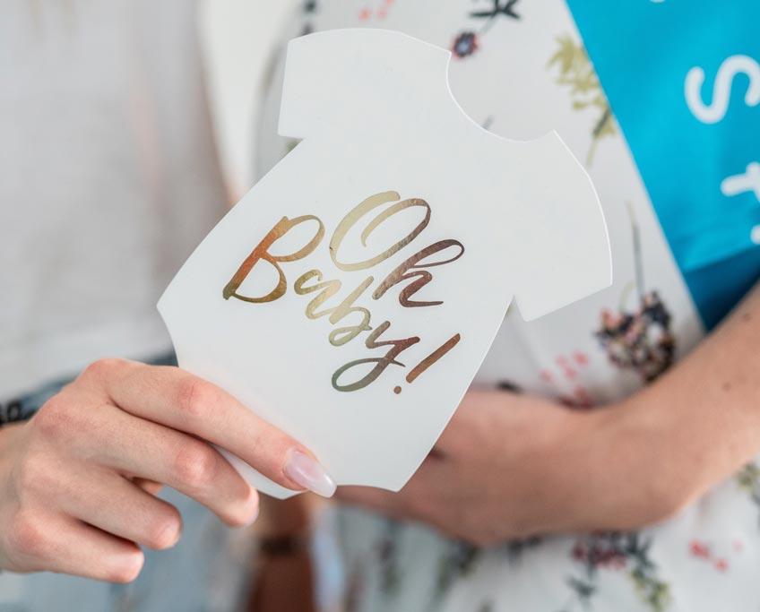 Zum Wohl der Bald-Mama dürfen Babyparty-Spiele ruhiger sein - wie etwa Advice Cards © inspiredbymk