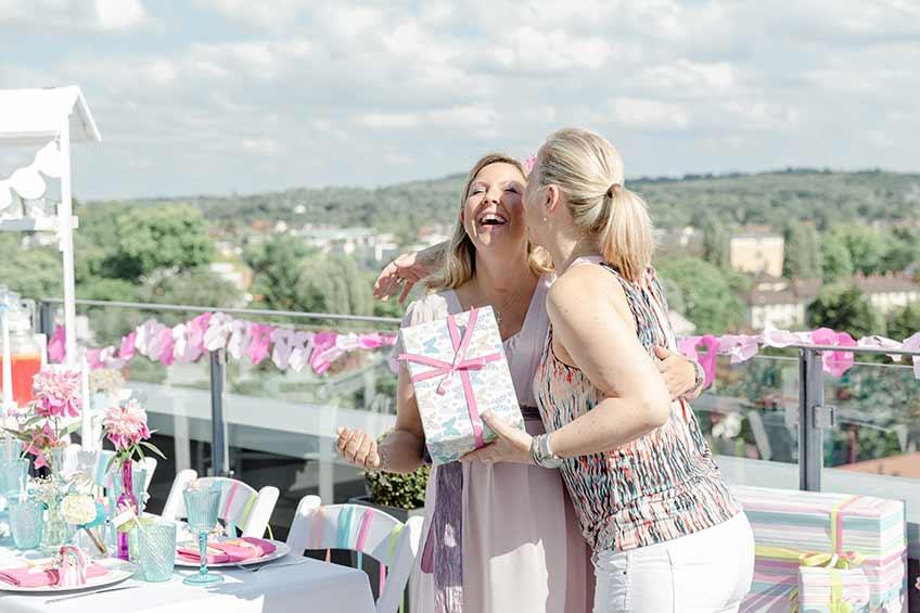 Die Bald-Mama freut sich über schöne Geschenke zur Babyparty (c) Nicola Mattinger