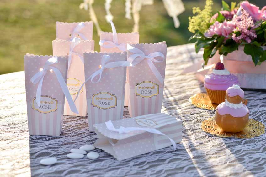 Hübsche Verpackungen mit Schleifen für Mitgebsel an deine Babyparty-Gäste