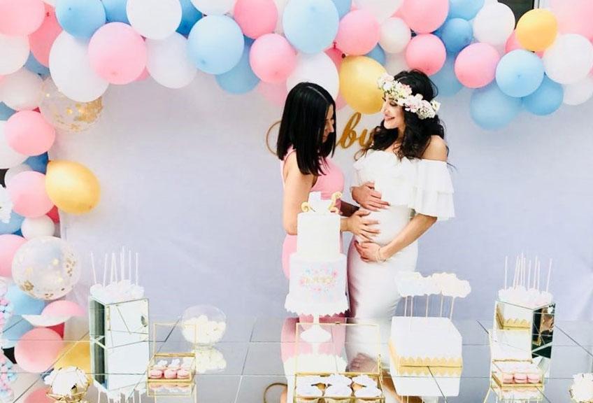 Babyparty mit Sweet Table in klassischem Rosa und Blau mit edlen Goldelementen © danny_lishes