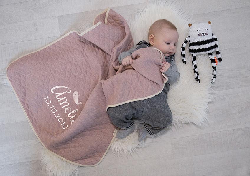Personalisierte Babydecke von personello. Copyright: personello