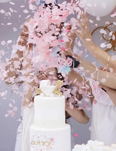 Die Gender Reveal Party enthüllt das Geschlecht des Babys auf kreative & lustige Weise