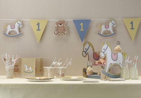 Mit niedlichen Schaukelpferd-Motiven auf eurer Deko liegt ihr zum ersten Geburtstag goldrichtig
