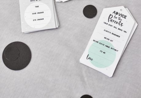 """Beim Babyparty-Spiel """"Advice Cards"""" geben die Gäste liebevolle und lustige Ratschläge zum Elternleben"""