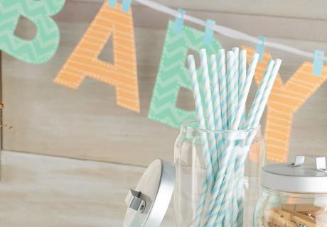 DIY-Geschenke-Girlande für die Babyparty - Lass deine Gäste selbst aktiv werden und stelle Klammern für Karten, Bodys & Co. bereit