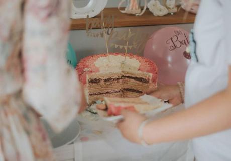 Hurra, es ist ein Mädchen! So lüftest du das Geheimnis mit rosa Tortenfüllung © c.loves.c