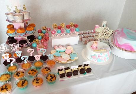Schöner Sweet Table für die Big Sister Party mit Gender-Reveal-Optik (c) mariaxantonia