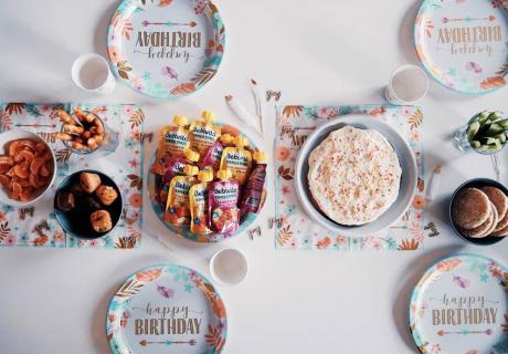 Bunte Boho-Motive und Geburtstags-Schriftzüge zaubern eine großartige Tischdeko zum 1. Geburtstag (c) annikachristinakremer
