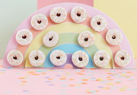 Servier deine 1.-Geburtstagsnaschereien auf der Regenbogen-Donutwand aus unserem Shop