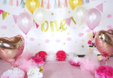 Deko-Kulisse in Rosa, Pink und Gold für ein Fotoshooting zum ersten Geburtstag. Foto: Lifewithsnow