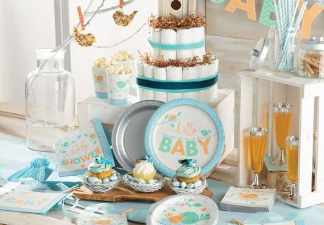 Die zauberhafte Deko mit Vögelchen-Motiven in Mint, Blau und Orange ist hervorragend geeignet für eine Jungen- oder eine neutrale Babyparty.