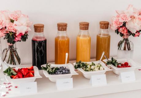 Geniale Idee zur floralen Babyparty - gesunde Snack- und Saftbar (c) anna-fichtner-fotografie