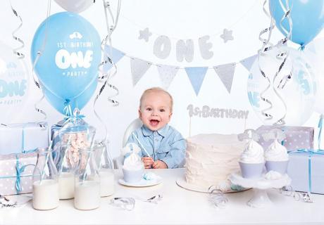 Das komplette Deko-Set zum 1. Geburtstag in Hellblau und Silber findest du bei uns im Shop