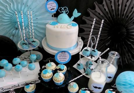 Dieser Sweet Table kombiniert alles, was eine Baby Boy Party perfekt macht - eine süße Waltorte und zuckersüße Little Gentlemen Leckereien mit pastellblauer Deko (c) Mareike Winter - Biskuitwerkstatt
