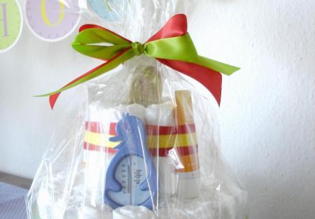 Eine schöne Windeltorte ist ein tolle Geschenk zu Babyparty und Geburt